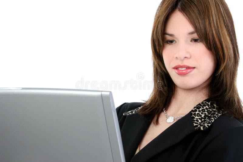 Schöne junge Frau in der Klage mit Laptop stockbild