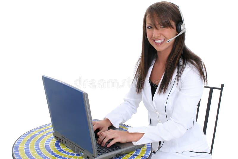 Schöne junge Frau an der Laptop-Computer lizenzfreies stockfoto