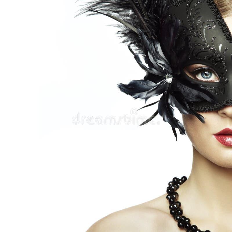 Schöne junge Frau in der schwarzen mysteriösen venetianischen Maske stockfotos