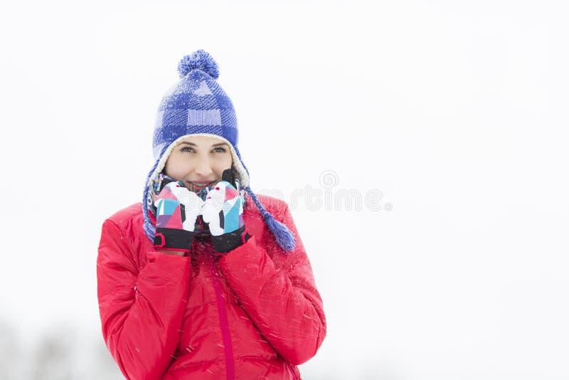 Schöne junge Frau in der warmen Kleidung draußen gehend stockfotos