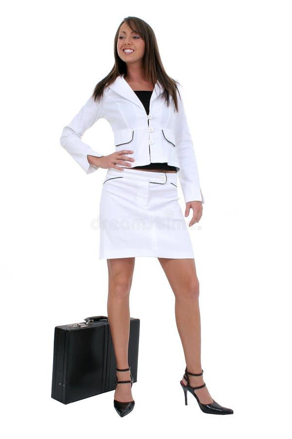 Schöne junge Frau in der weißen Klage mit Aktenkoffer lizenzfreie stockfotos