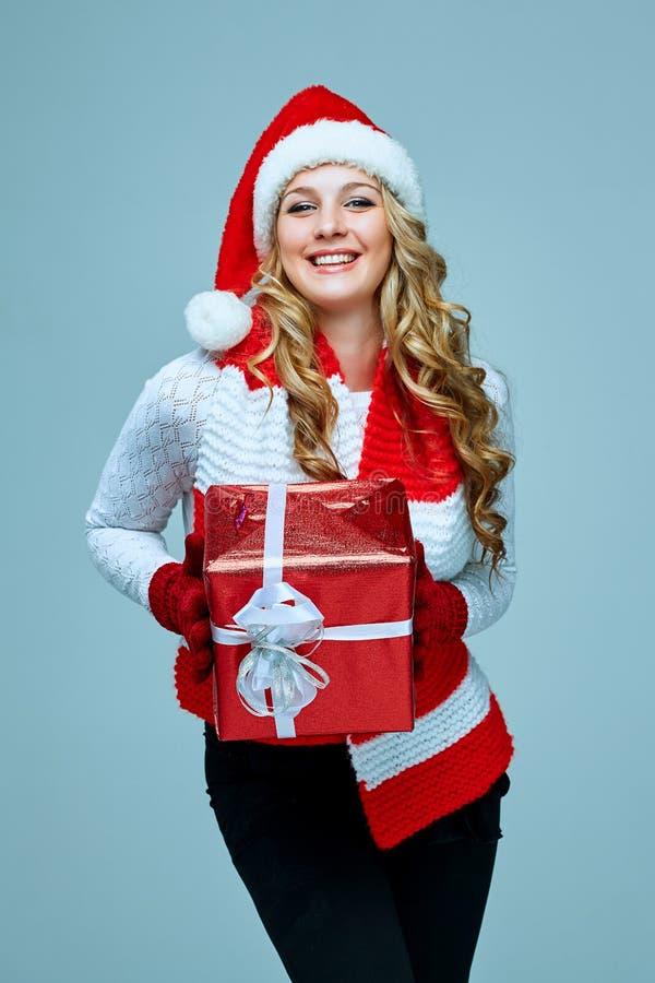 Schöne junge Frau in der Weihnachtsmann-Kleidung lizenzfreie stockfotografie