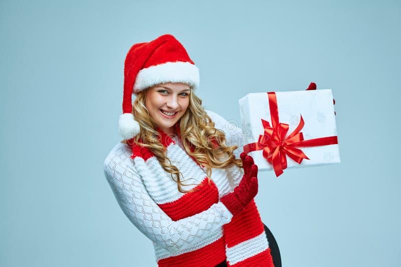 Schöne junge Frau in der Weihnachtsmann-Kleidung lizenzfreie stockfotos