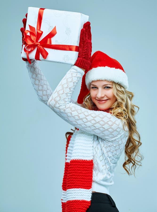 Schöne junge Frau in der Weihnachtsmann-Kleidung lizenzfreies stockfoto