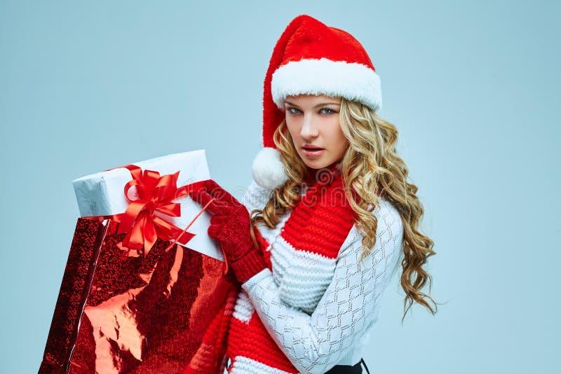 Schöne junge Frau in der Weihnachtsmann-Kleidung stockbild