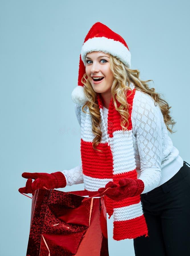 Schöne junge Frau in der Weihnachtsmann-Kleidung stockfotografie