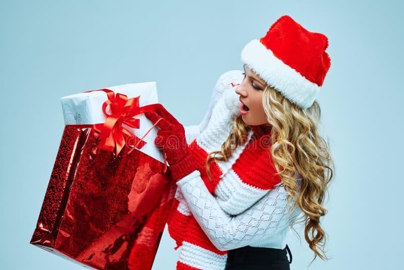 Schöne junge Frau in der Weihnachtsmann-Kleidung lizenzfreies stockbild
