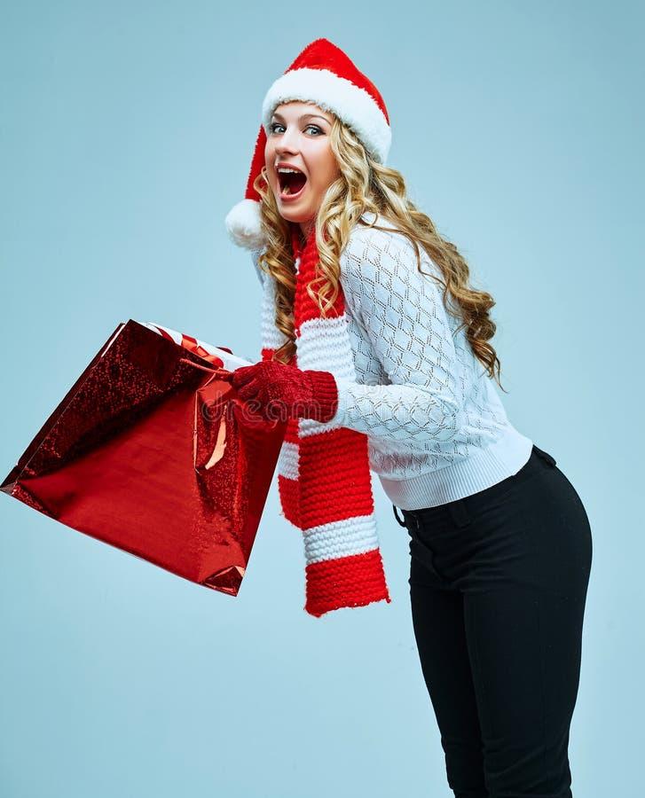 Schöne junge Frau in der Weihnachtsmann-Kleidung stockfoto