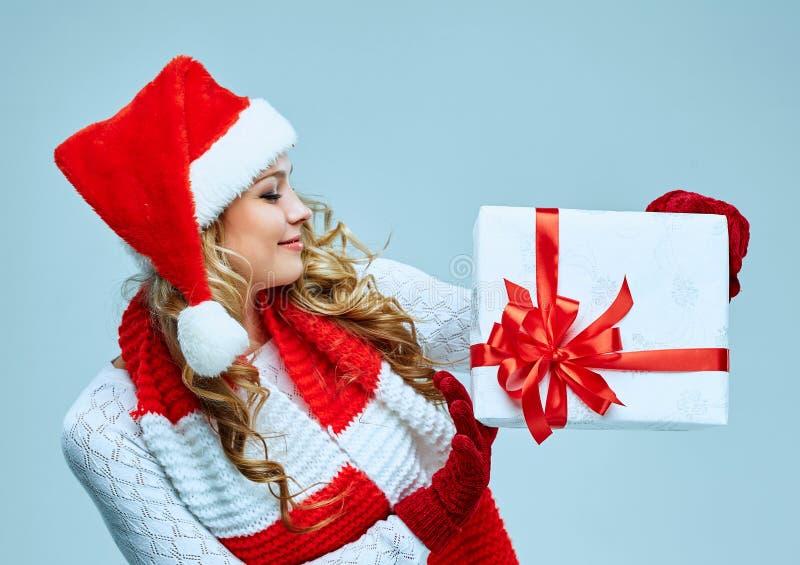 Schöne junge Frau in der Weihnachtsmann-Kleidung stockbilder