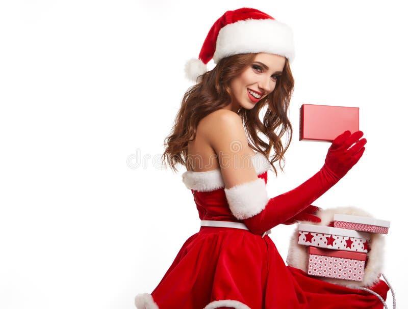 Schöne junge Frau in der Weihnachtsmann-Kleidung stockfotos