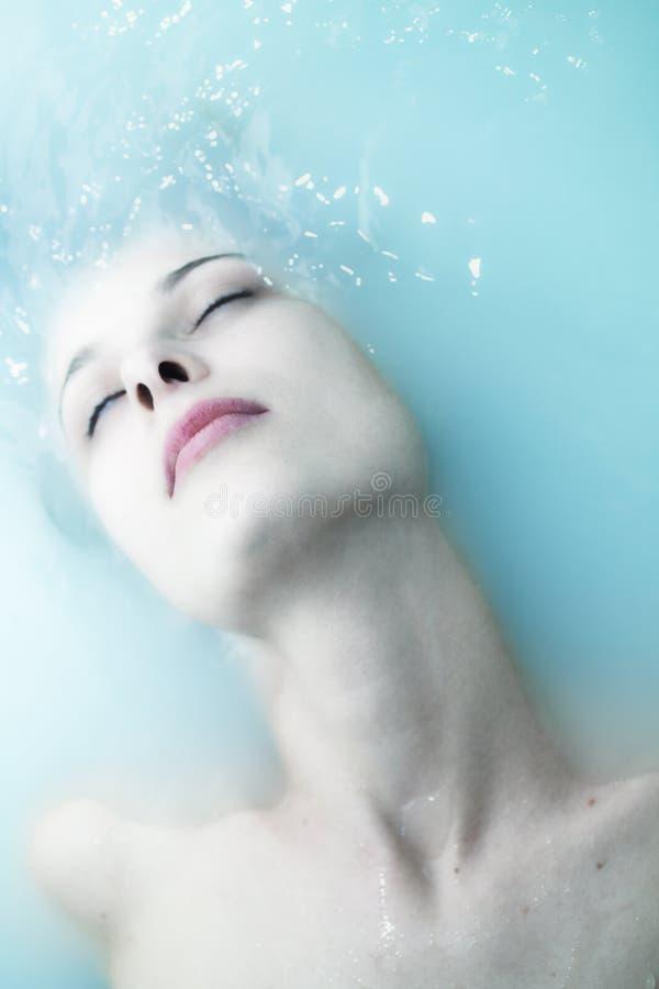 Schöne junge Frau des Gesichtes in gestörtem Wasser lizenzfreies stockbild