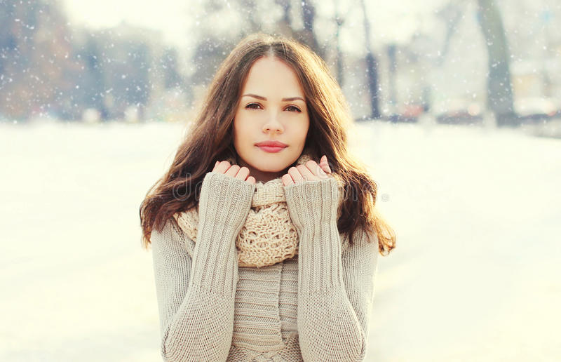 Schöne junge Frau des Porträts über Schneeflocken im Winter lizenzfreie stockfotografie