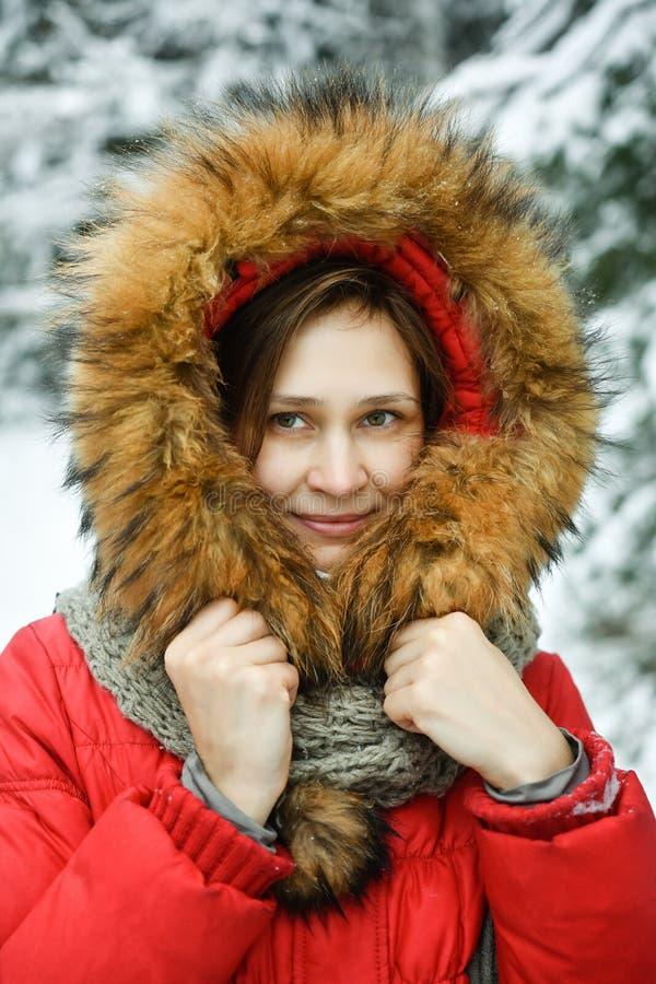 Schöne junge Frau des Porträts in der Winterjacke lizenzfreie stockfotos