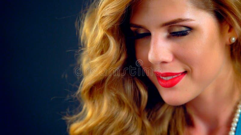 Schöne junge Frau des Porträts mit dem langen Haar und den roten Lippen stockbild