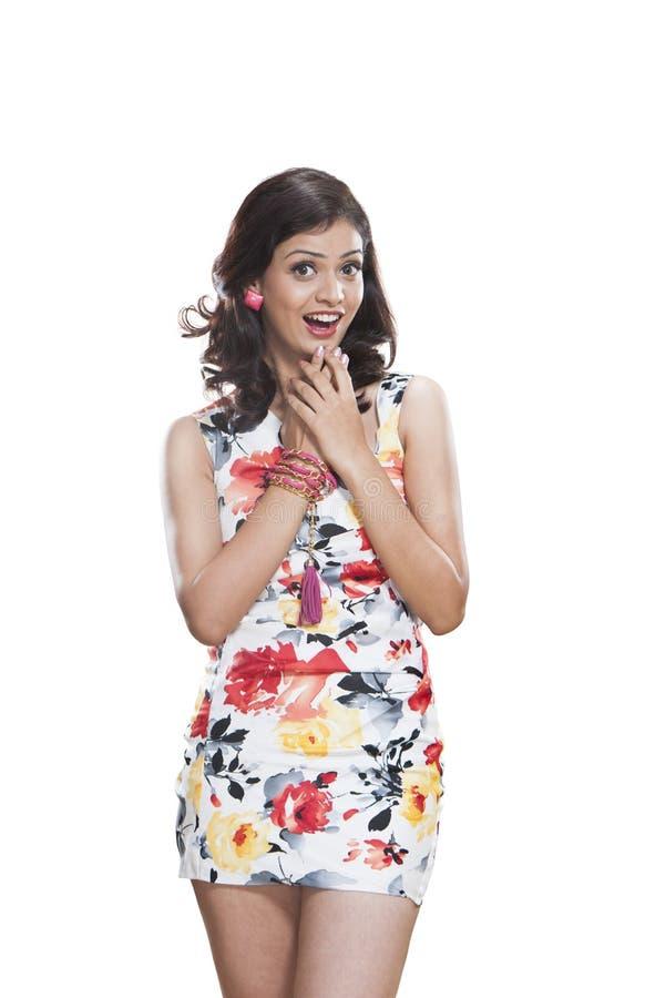 Schöne junge Frau, die überrascht schaut stockbild