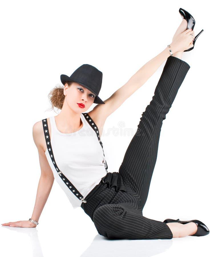 Schöne junge Frau, die auf dem Fußboden liegt stockbilder