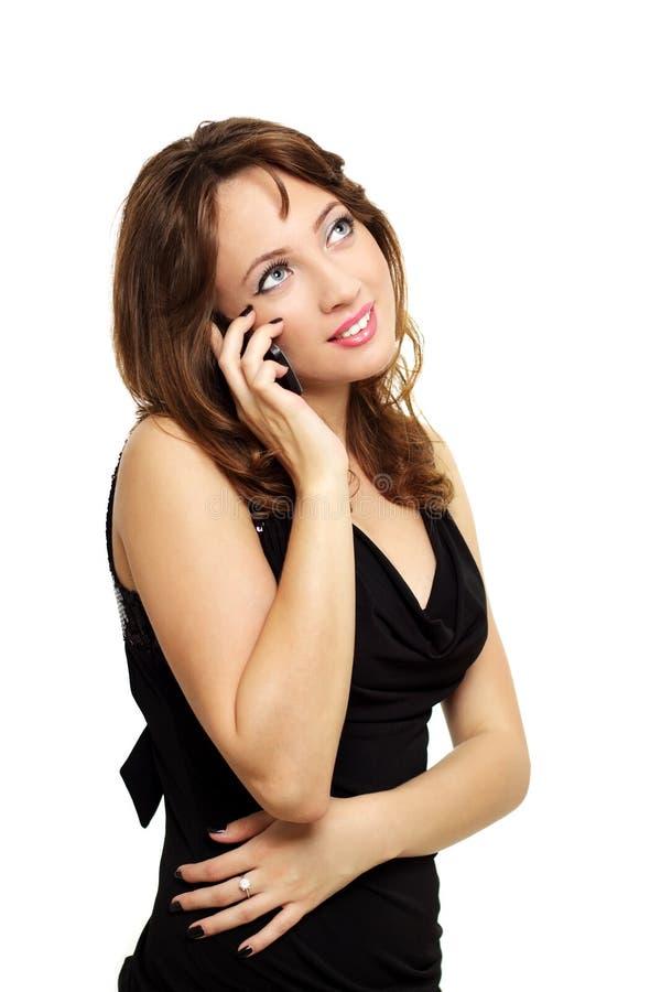 Schöne junge Frau, die auf Handy spricht lizenzfreie stockfotografie