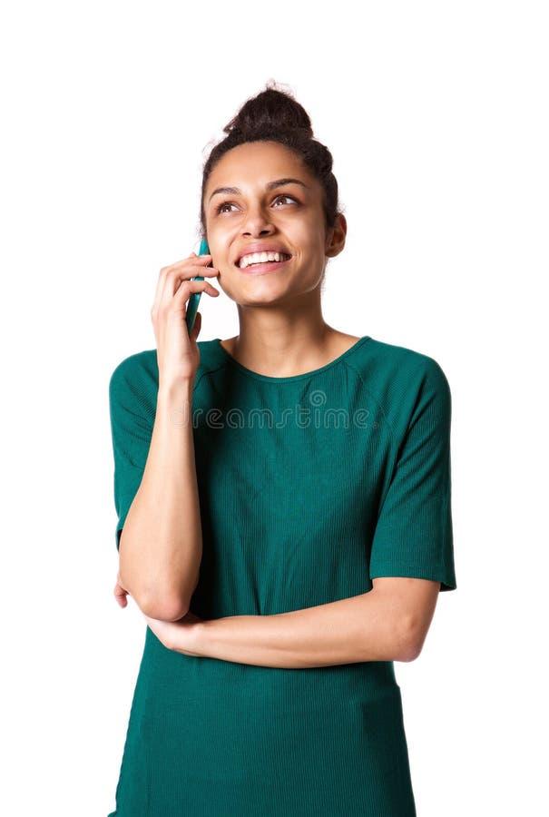 Schöne junge Frau, die auf ihrem Mobiltelefon spricht lizenzfreies stockfoto
