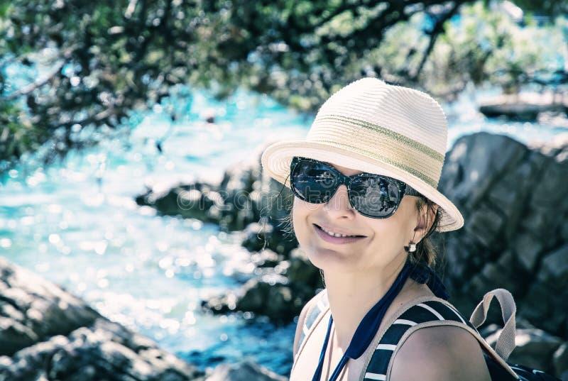 Schöne junge Frau, die an der Küste, Solta aufwirft lizenzfreie stockfotos