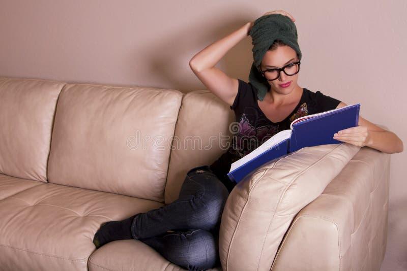 Schöne junge Frau, die ein Buch liest stockfotos