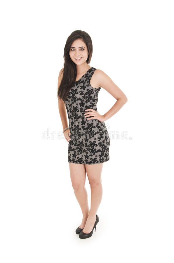 Schöne junge Frau, die eine kleine Schwarze trägt stockfoto