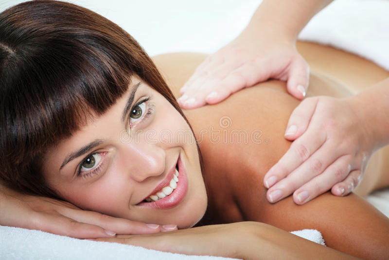 Schöne junge Frau, die eine Massage erhält stockfoto