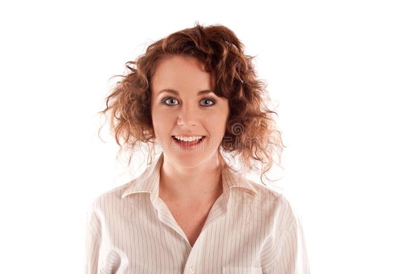 Schöne junge Frau, die in einem Studio lächelt lizenzfreies stockbild