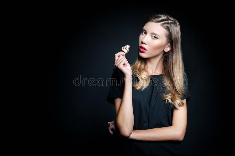 Schöne junge Frau, die Erdbeere hält lizenzfreie stockfotos