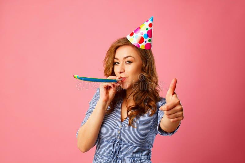 Schöne junge Frau, die Geburtstag feiert und Hand okays zeigt stockbilder