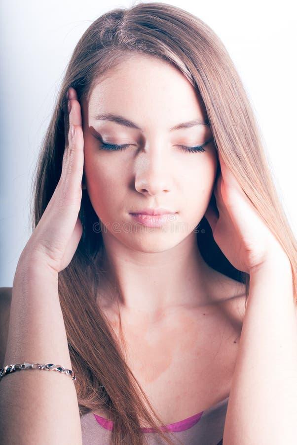 Schöne junge Frau, die Hauptmassage tut lizenzfreie stockbilder