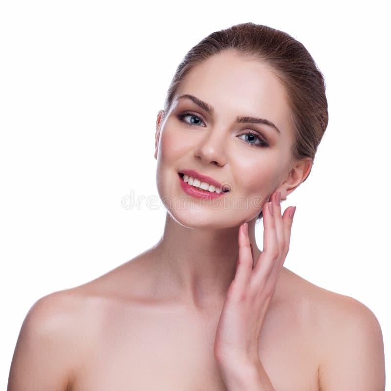 Schöne junge Frau, die ihr Gesicht berührt Frische gesunde Haut Lokalisiert auf Weiß lizenzfreie stockfotografie