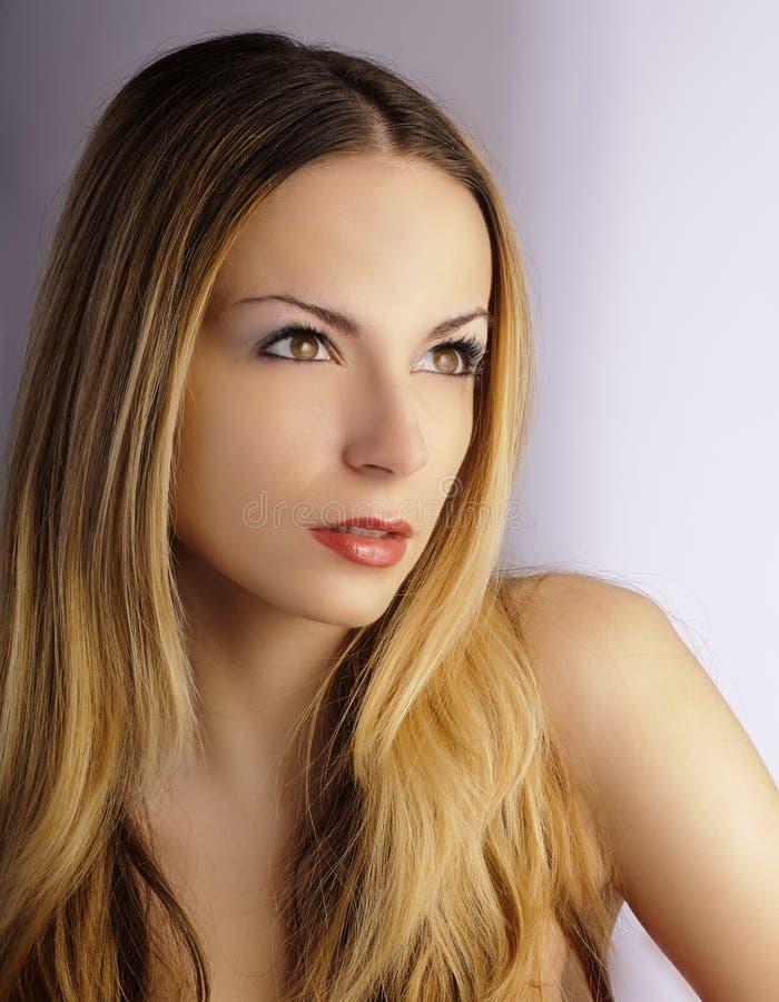 Schöne junge Frau, die intensiv entlang des somethi anstarrt lizenzfreie stockfotos