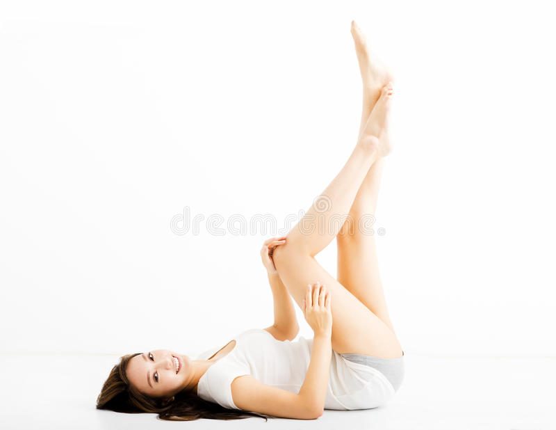 Schöne junge Frau, die lange Beine zeigt stockbild