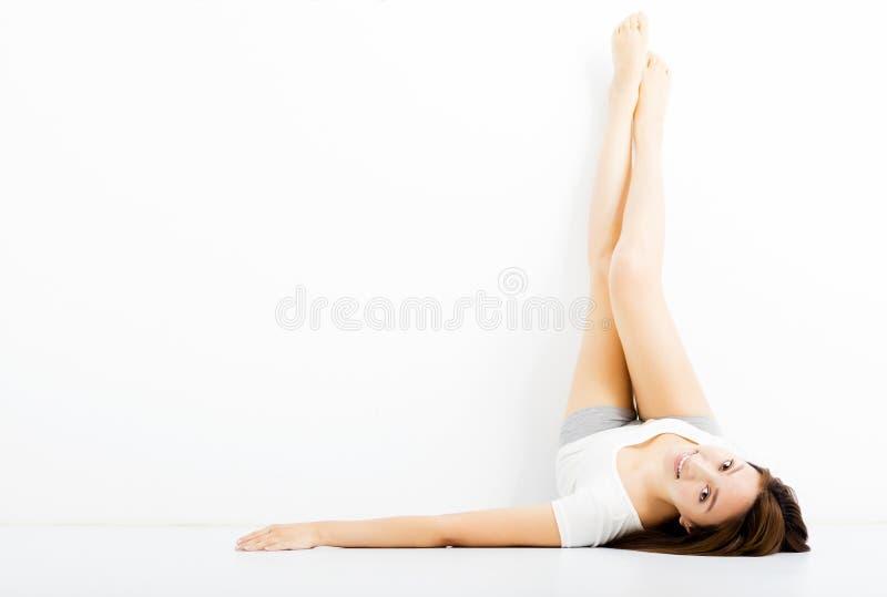 Schöne junge Frau, die lange Beine zeigt stockfoto