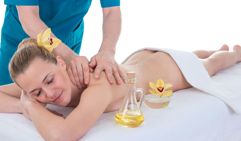 Schöne junge Frau, die Rückenmassage hat lizenzfreie stockbilder