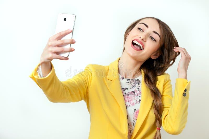 Schöne junge Frau, die Selfie macht Gesicht mit toothy Lächeln Stilvolle Blondine der Schönheit mit den rosa Lippen und der perfe stockfotografie