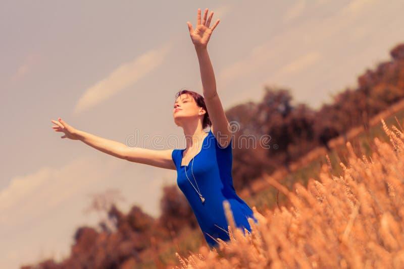 Schöne junge Frau, die Sonne in der Natur liebt und genießt lizenzfreie stockbilder