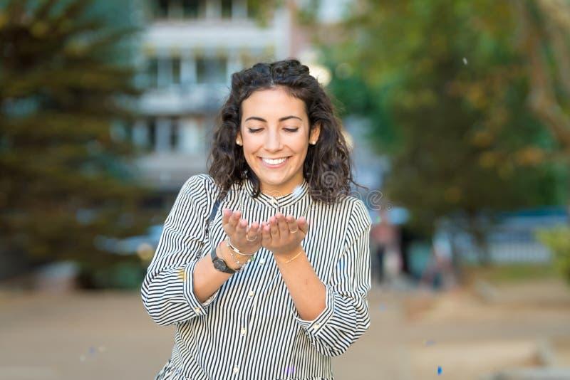 Schöne junge Frau, die Spaß draußen hat stockfotos