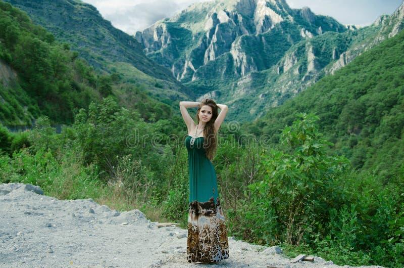 Schöne junge Frau, die Talansichtnatur um den mou genießt stockbild