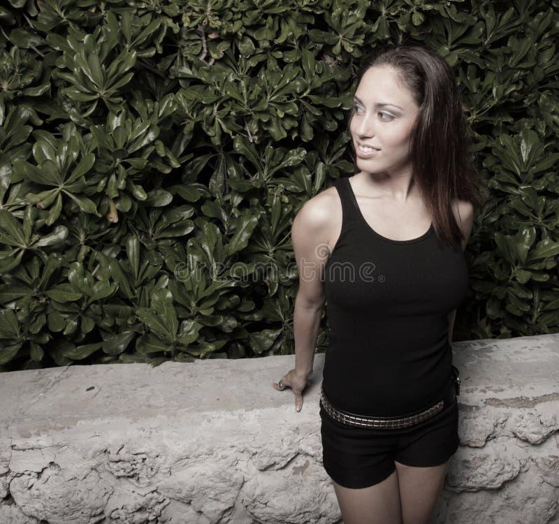 Schöne junge Frau, die weg flüchtig blickt lizenzfreie stockfotos