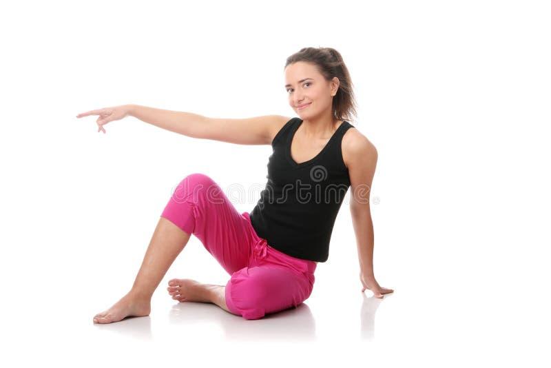 Schöne junge Frau, die Yogaübung tut stockfoto