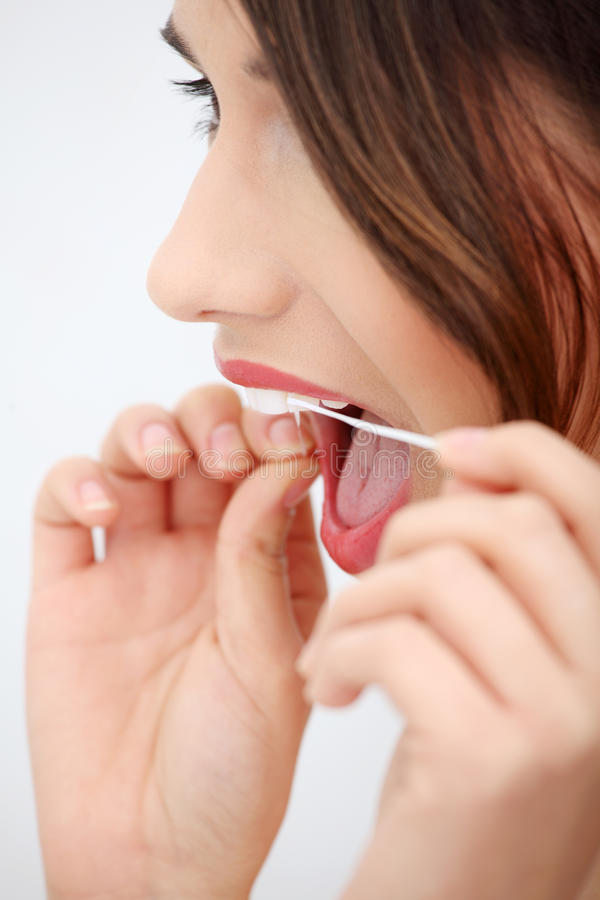 Schöne junge Frau, die zahnmedizinische Glasschlacke verwendet stockfotos