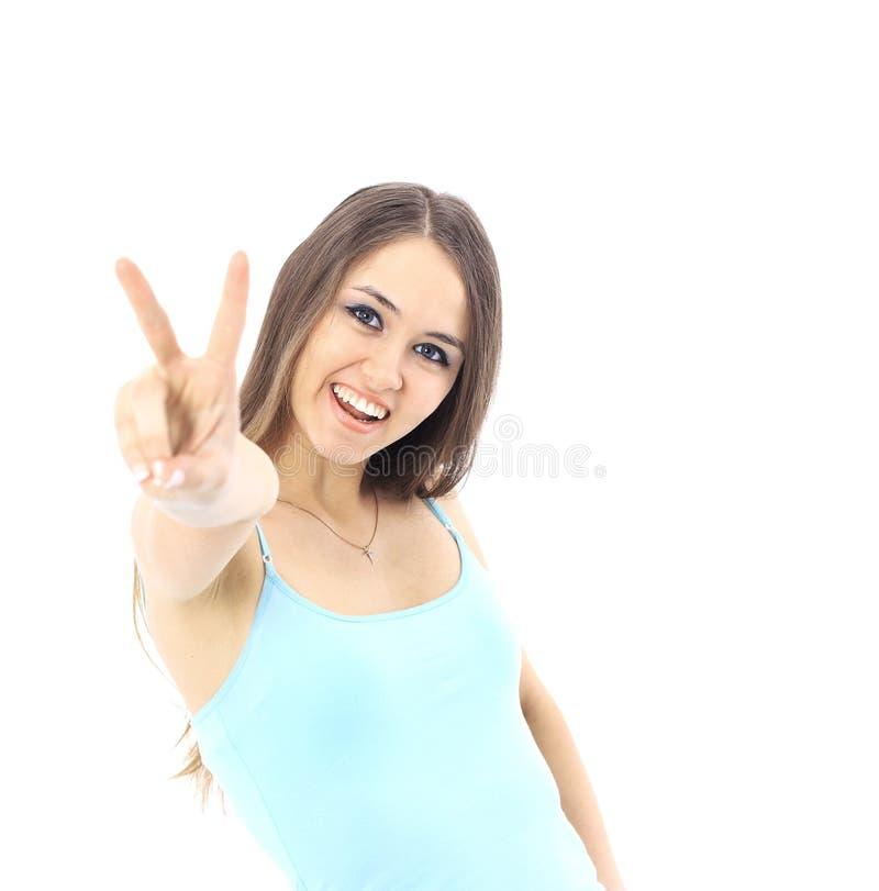 Schöne junge Frau, die zwei Daumen aufwirft und sich zeigt stockfotografie