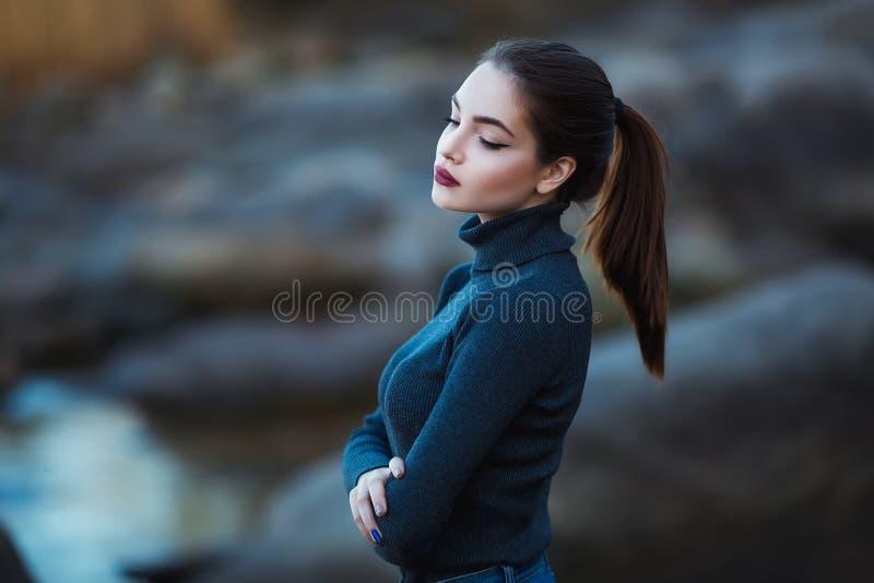 Schöne junge Frau Drastisches Porträt im Freien der sinnlichen Brunettefrau mit dem langen Haar Das traurige Schönheitsmädchen stockbilder