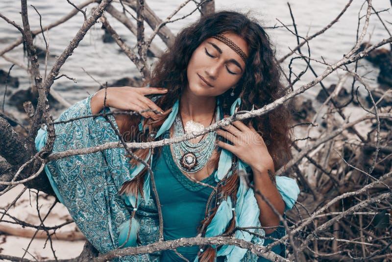 Schöne junge Frau draußen Hexenhandwerkskonzept lizenzfreies stockbild