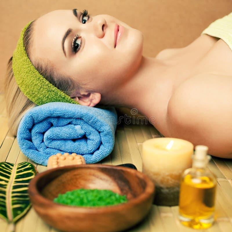 Schöne junge Frau an einem Badekurortsalon Vollkommene Haut Skincare stockfoto