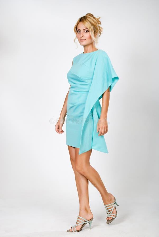 Schöne junge Frau in einem blauen Kleid lizenzfreies stockfoto
