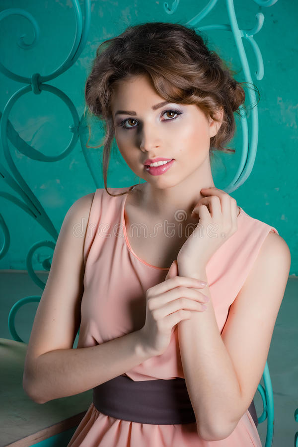 Schöne junge Frau in einem fabelhaften Innenraum stockbilder