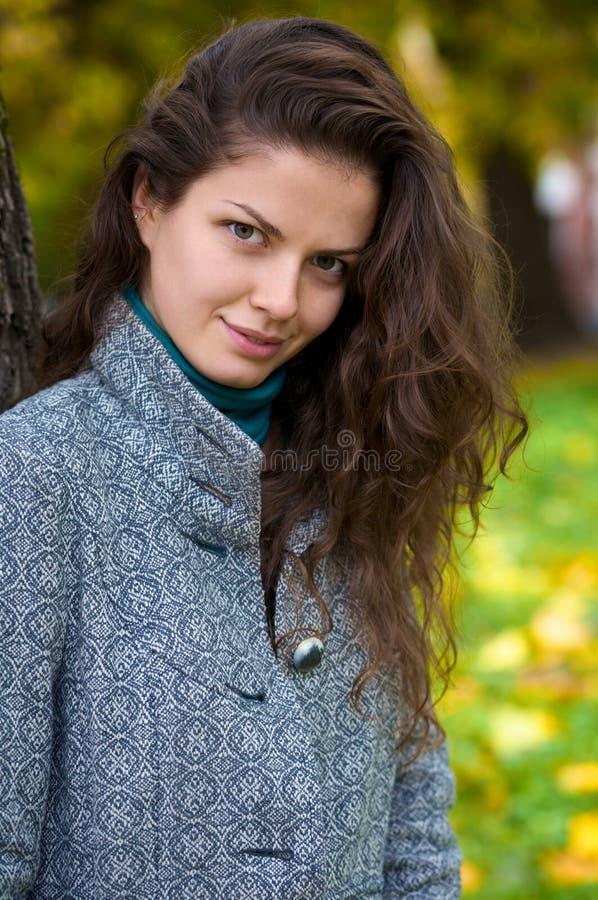 Schöne junge Frau in einem Herbstpark lizenzfreie stockfotografie