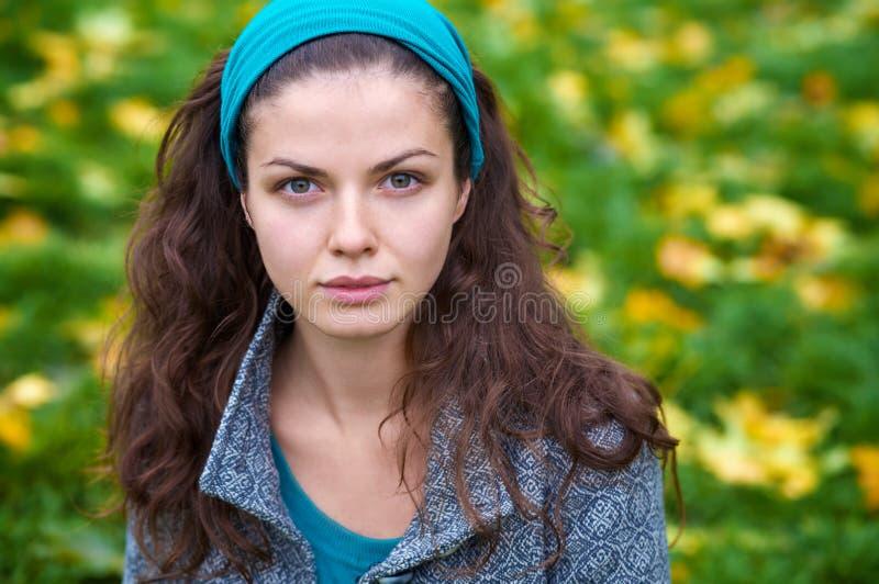 Schöne junge Frau in einem Herbstpark stockfotos